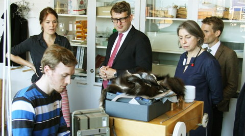 Minister Troels Lund Poulsen looking at fur design